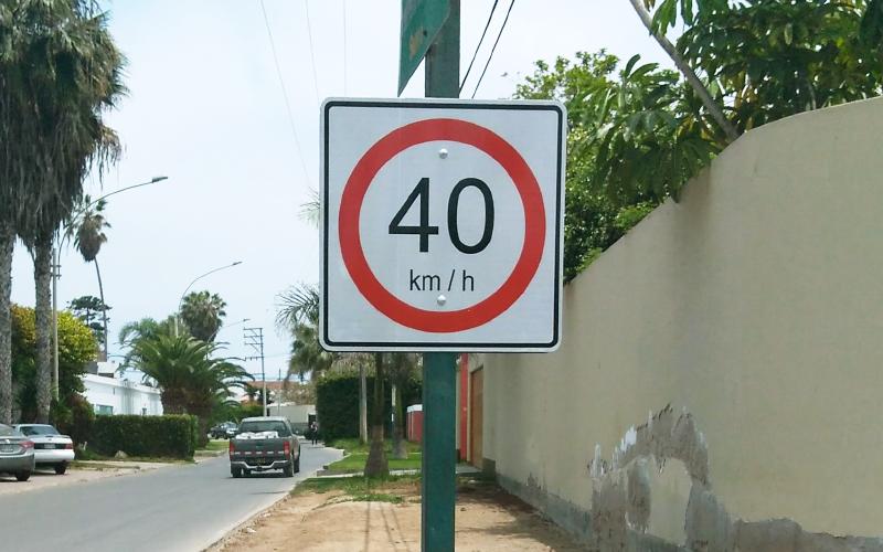 Señalización en las pistas y carteles con límite de velocidad en La Encantada